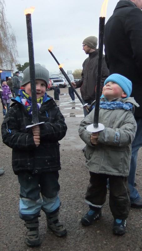 Fackelmarsch zum Osterfeuer im Hansaviertel Rostock