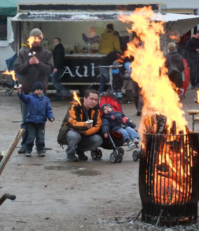 Osterfeuer im Rostocker Hansaviertel auf dem Sportplatz Rote Erde